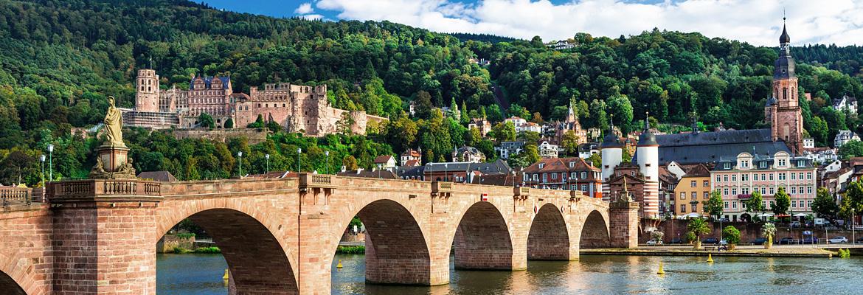"""Das Tor zur Stadt: Die Karl-Theodor-Brücke oder """"Alte Brücke""""."""