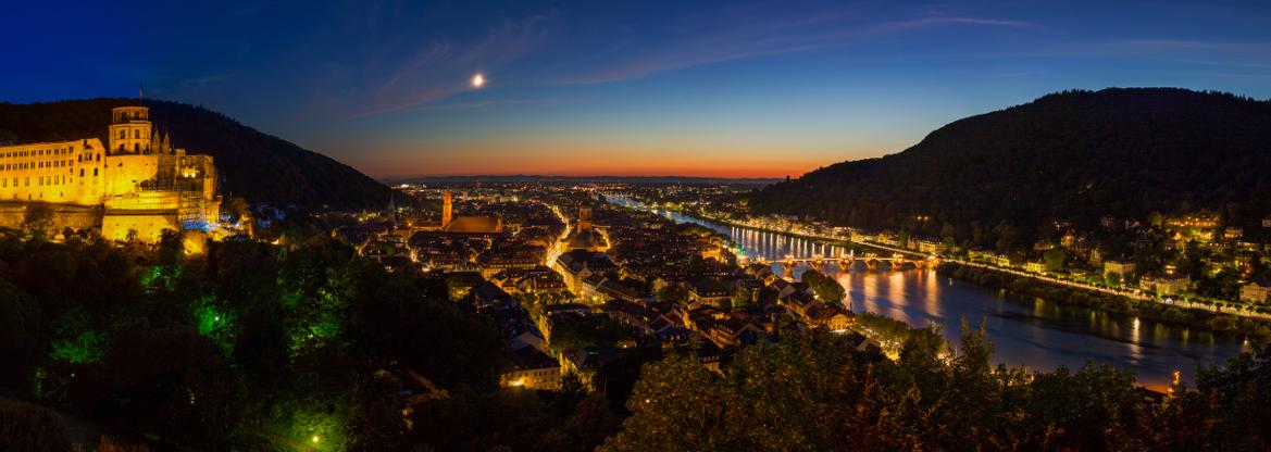 Auch bei Nacht wunderschön: Der Blick auf das erleuchtete Heidelberg.