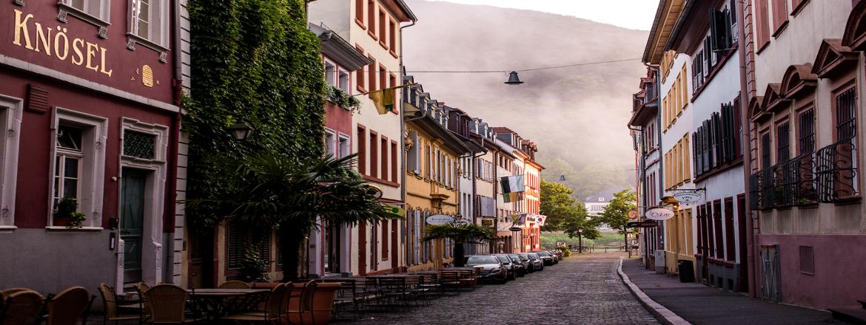 Die Heidelberger Altstadt verzaubert ihre Besucher. Leckeren Kuchen gibt's im Café Knösel!