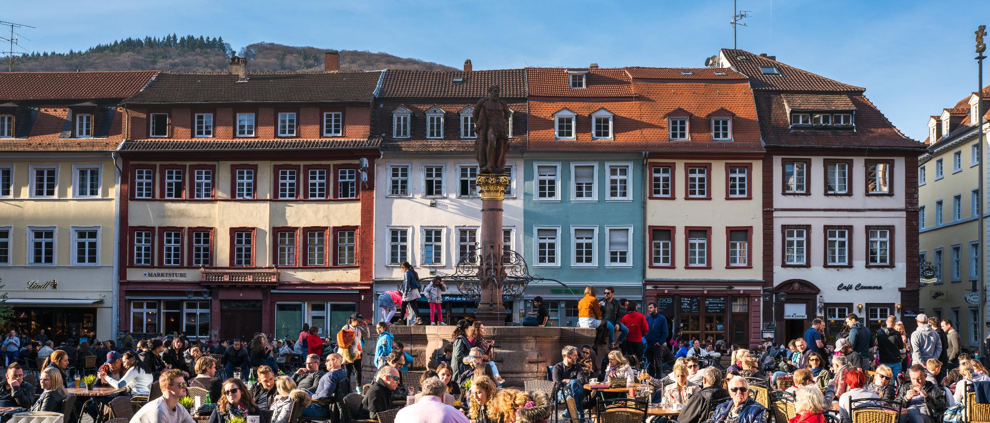 Hier pulsiert das Leben: Der Marktplatz vor dem Heidelberger Rathaus